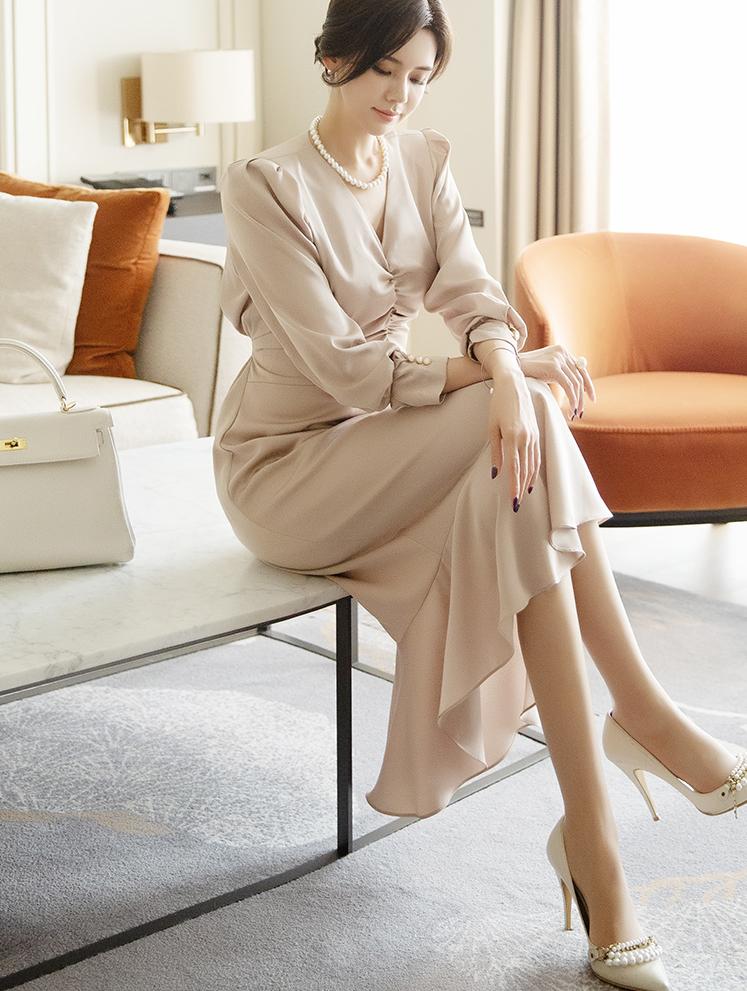 D3926 V领皱褶丝滑连身裙